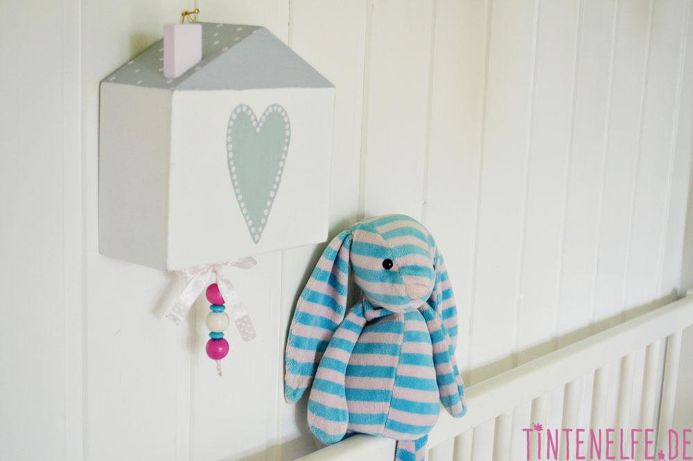 Dieses Vogelhaus ist ganz besonders für Babys und Kleinkinder. Das DIY enthält eine Spieluhr und passt in jedes Kinderzimmer.